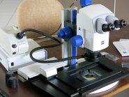 Zeiss Stereomikroskop Discovery V8 mit Motorsäule und Motorkreuztisch